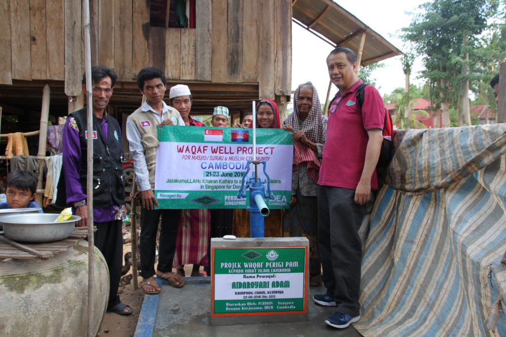 Ustaz Raja, our Qurban project officer, with Kampong Cham villagers and officials from IDEA, in Cambodia, officiating a recent water pump project.