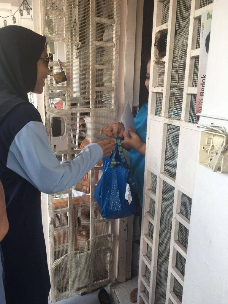 Ramadhan Food Aid 2016 front door recipient